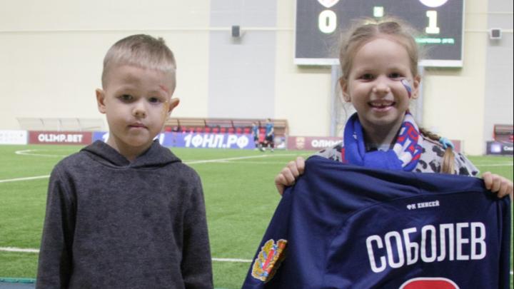 Футболку экс-игрока ФК «Енисей» купили на аукционе за 10 тысяч ради помощи детям