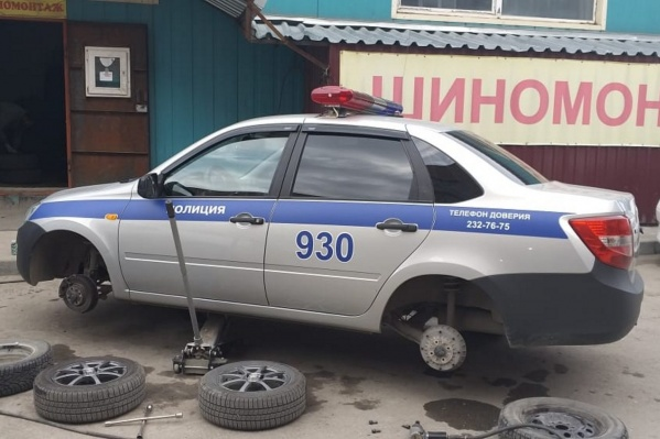 Инспекторы ГИБДД наравне с простыми автомобилистами занимают очередь в городских шиномонтажках
