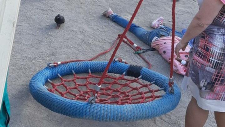 «Не могла подняться»: в Ярославле девочка пострадала, упав с оборвавшихся качелей