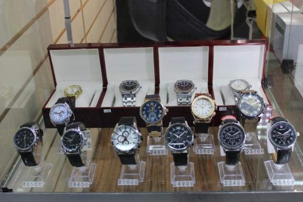 Фальшивые часы выглядят как настоящие, но они всего лишь подделка. Неопытный покупатель не сможет отличить их от оригинала