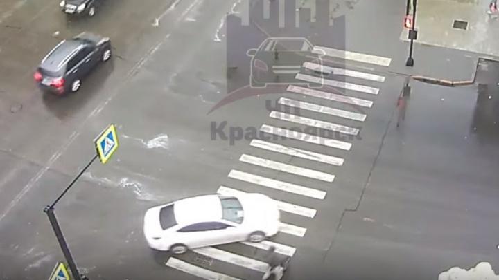 Велосипедист вылетел на переход на красный и был сбит «Маздой»