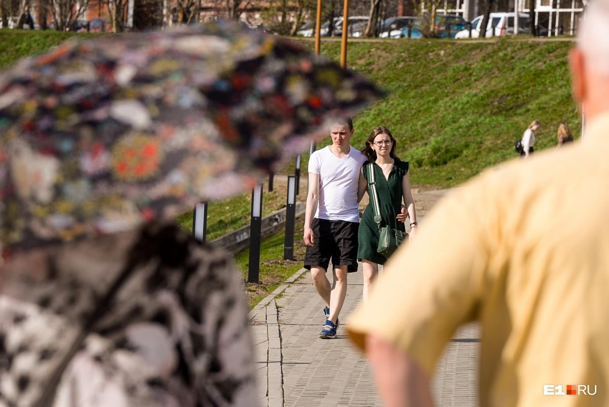 Кто-то даже берет с собой зонтик, чтобы спрятаться от палящего солнца