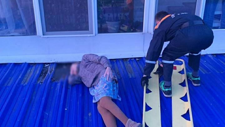 Нашли на козырьке без сознания: в Уфе 78-летняя женщина выпала из окна
