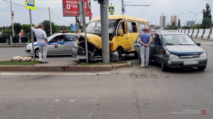 Полиция Волгограда назвала причины ДТП с маршруткой, в котором пострадали четыре человека