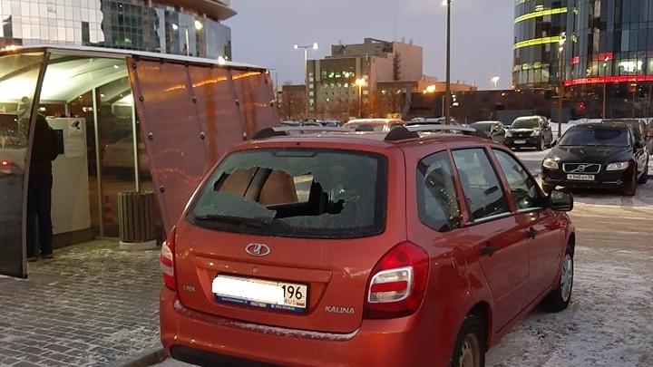 Попал в «слепую зону»: екатеринбуржцу разбили машину на платной охраняемой парковке у башни «Исеть»