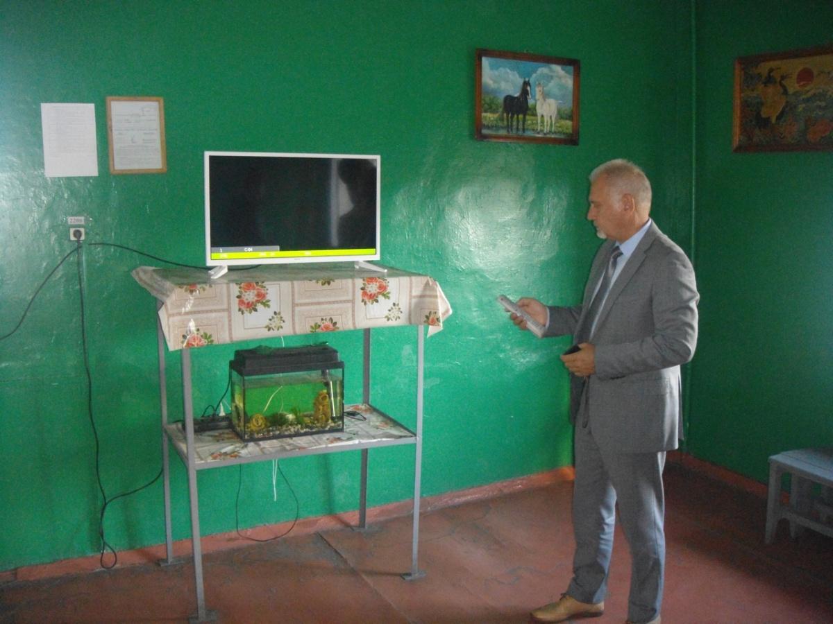 Сергей Бабуркин проверил, пускают ли заключённых в колонии к телевизору