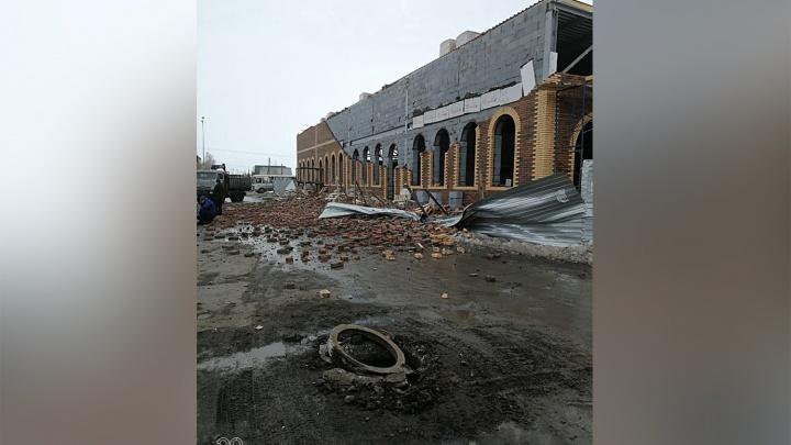 Скоро в Новосибирске: ураганный ветер раскидал кирпичи на стройке на западе области