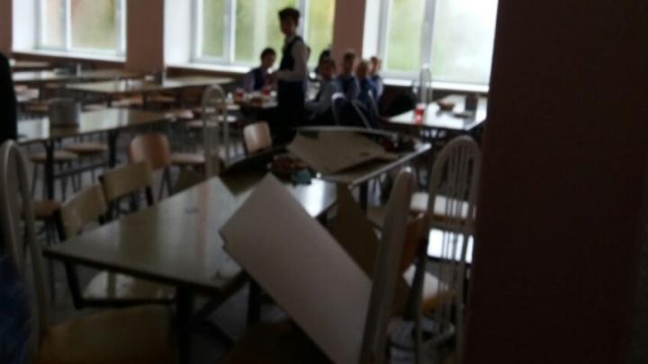 В Горном Щите в столовой на школьниц во время обеда обрушился потолок
