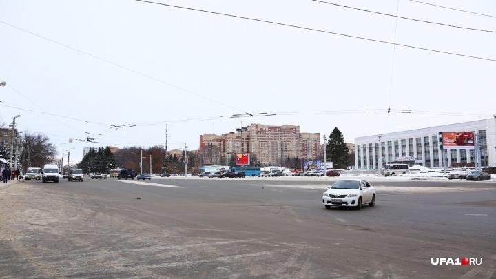 Путаные знаки и нет разметки: как проезжать площадь на ДК «Машиностроителей» в Уфе