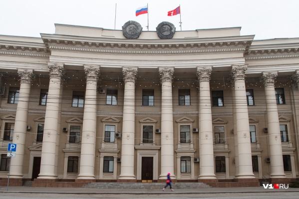 В администрации Волгоградской области позволили рубить и пилить ветки деревьев