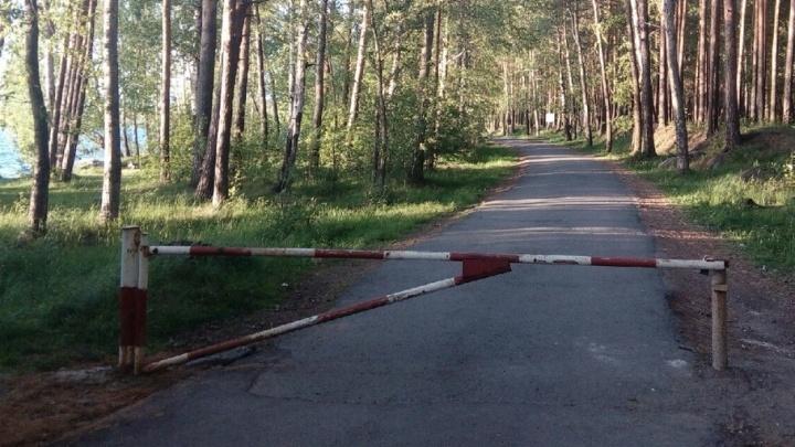 В Шарташском лесопарке вновь закрыли автомобилям проезд к озеру