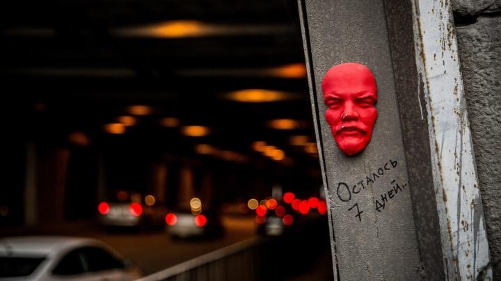 У тоннеля возле Димитровского моста приклеили красное лицо Ленина