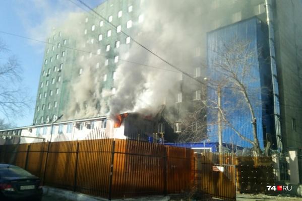 Пожар произошёл днём 18 апреля в пристрое отеля на Дзержинского, 93б