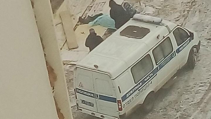 Следователи устанавливают причину смерти рабочего в 6а-микрорайоне Заозерного