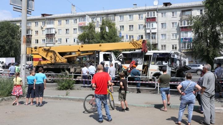 В аварии с автокраном и маршрутками в Челябинске пострадали девять человек
