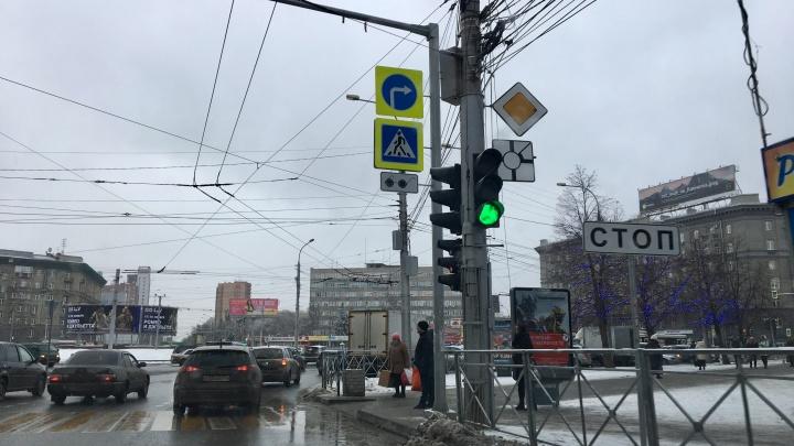 «Едут как ехали»: на площади Калинина появились непривычные дорожные знаки