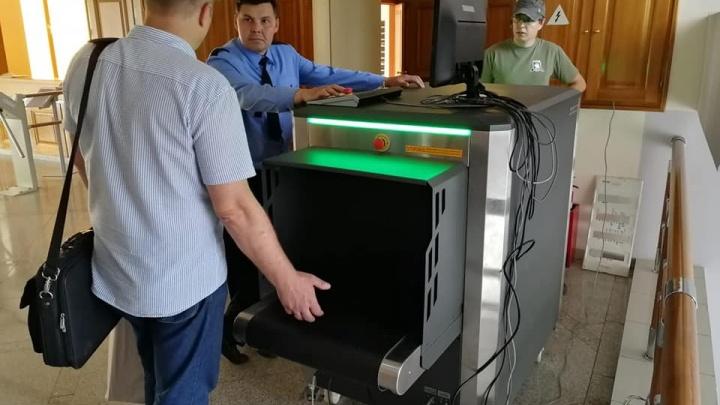 Сумки приходящих в мэрию Красноярска будут просвечивать как в аэропорту