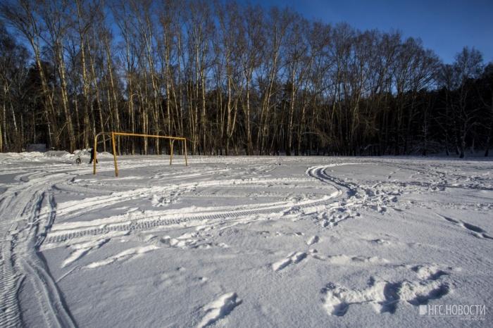 На стадионе стоят футбольные ворота, но за самой территорией уже несколько лет никто не следит
