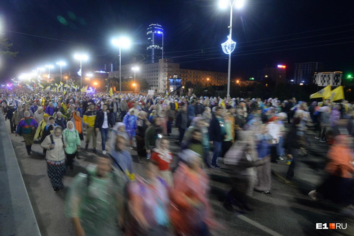 60 тысяч человек прошли крестным ходом от Храма на Крови до Ганиной Ямы: большой фоторепортаж Е1.RU