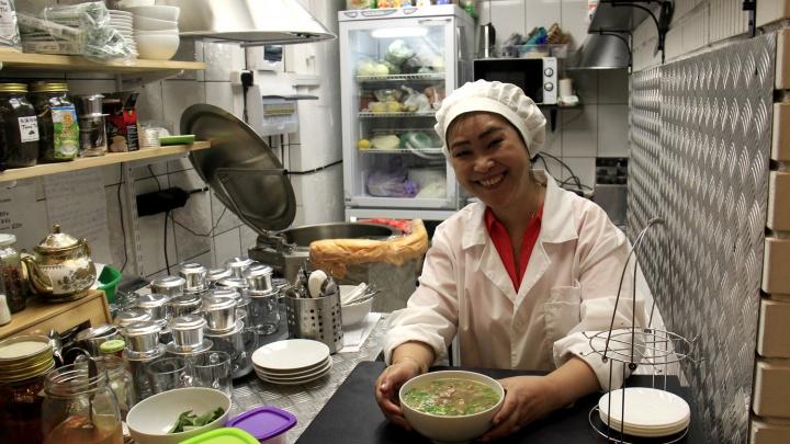 Девушка из Сайгона открыла в центре вьетнамскую закусочную с портретом Путина и тесаками в стене