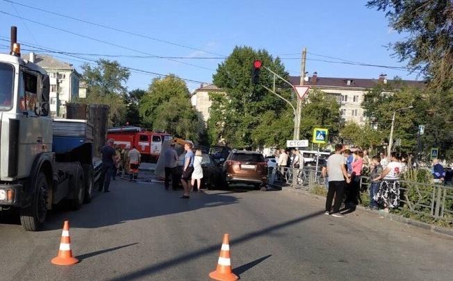 В Самаре асфальтовый каток слетел с трала на два автомобиля