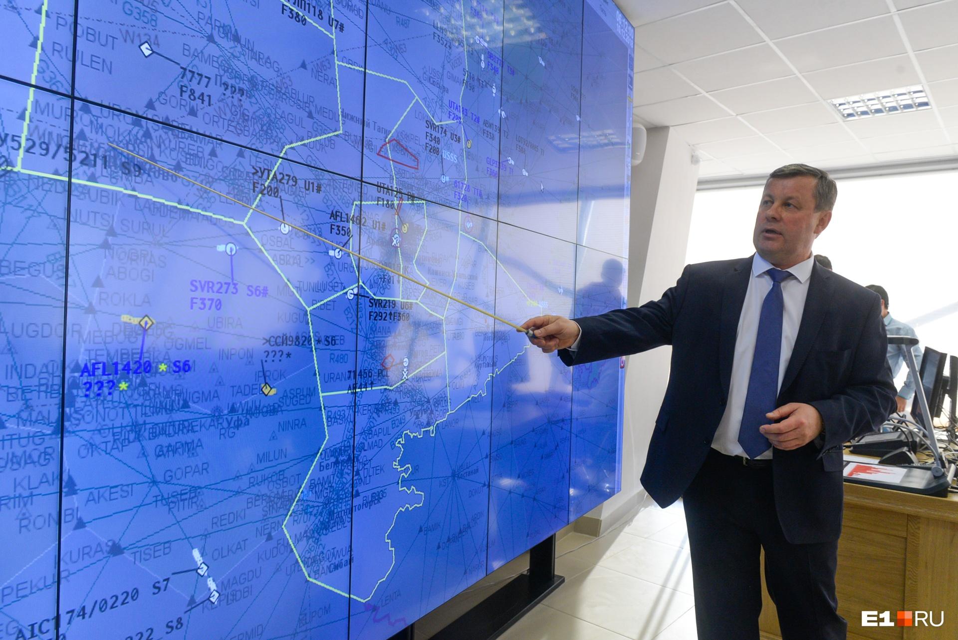 Перед каждой сменой диспетчеры изучают эту карту — здесь видны все полёты в небе над Уралом и есть метеорологические данные