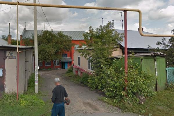В двухэтажном общежитии на Сургутской ответчик живёт ещё с советских времён