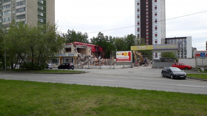 В Екатеринбурге снесли старейший шинный магазин, который обанкротил Сбербанк