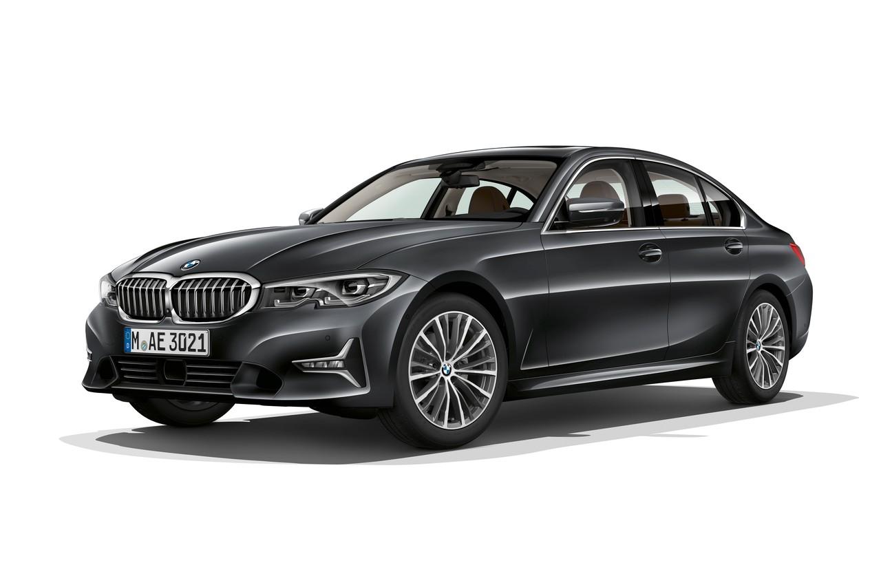 BMW стремится унифицировать все старшие модели, переводя их на общую платформу CLAR. В случае с BMW 3 это означает некоторое увеличение размеров — когда-то длиной более 4,7 метра могла похвастаться разве что «пятерка»