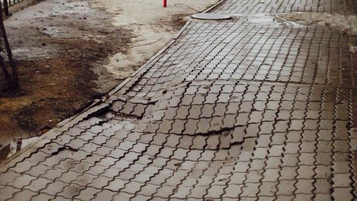 «Выглядит как 3D-рисунок, но это реальность»: в Волжском люди ходят по волнам тротуарной плитки
