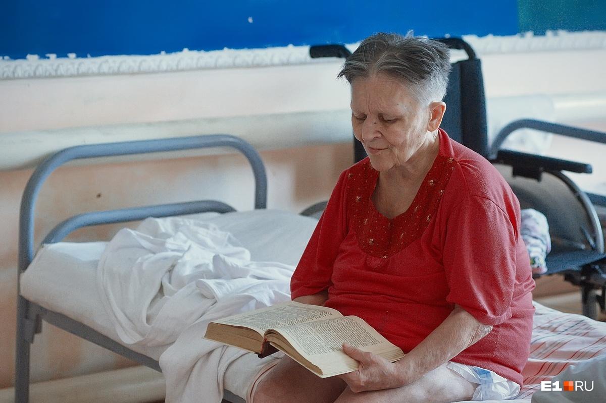Верочка (так ее тут называют) — бывший директор продуктового магазина, любит рассказывать о прошлой, благополучной жизни