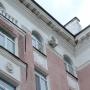 С фасада дома на тихом Компросе падает лепнина. У ТСЖ нет денег на ремонт своими силами