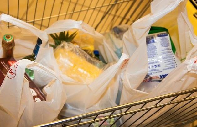 Слишком шумная тележка для продуктов в супермаркете мешала жителям дома. Компанию оштрафовали