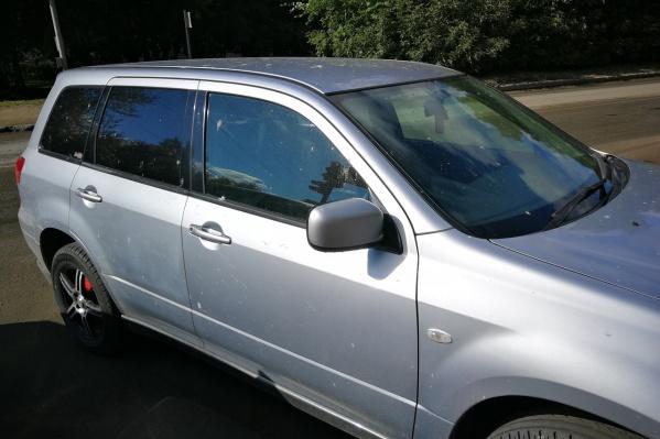 Автомобиль стоял в парковочном кармане у дома