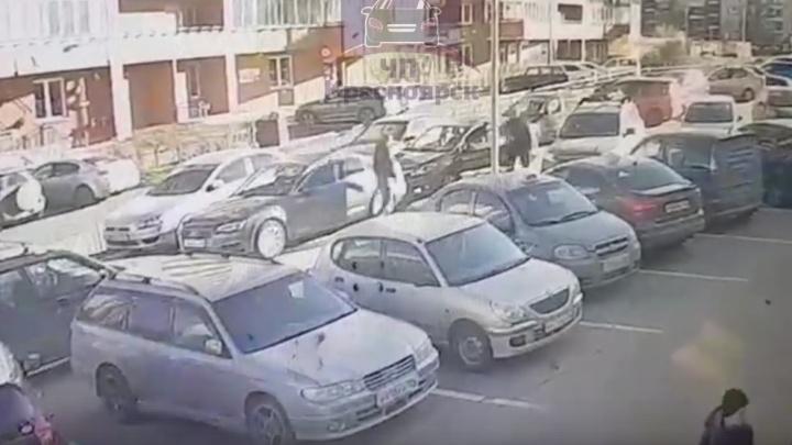Из-за отказа сдать назад на парковке водитель избил оппонента до разрыва легких