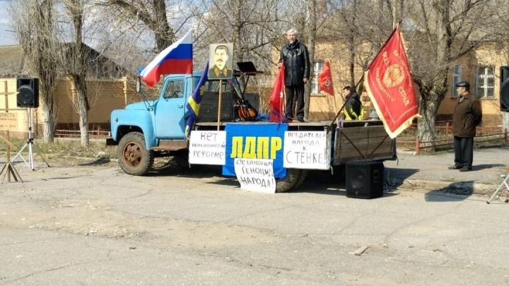 «Сталина хотим»: либерал-демократы и коммунисты слились в едином протестном порыве под Волгоградом