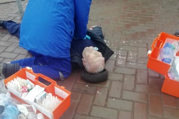 По словам очевидцев, врачи 40 минут боролись за жизнь мужчины
