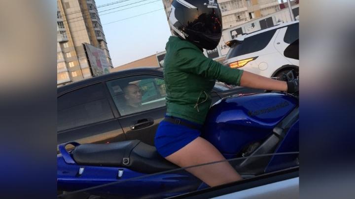 «Такие взгляды ловлю часто»: девушка в платье на мото поразила водителей и стала звездой соцсетей