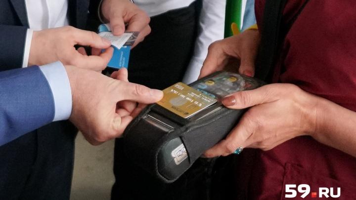 В пермских трамваях и троллейбусах теперь можно платить банковской картой. Как это работает?