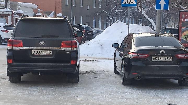 «Я паркуюсь как чудак»: Land Cruiser ААА и Camry ННН — братья по разуму