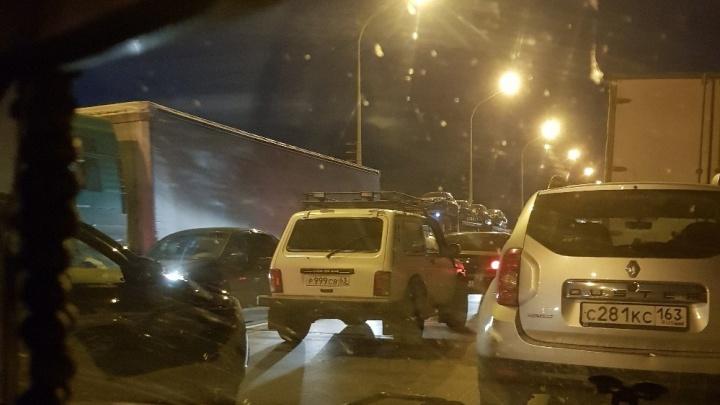 «Стоим уже два часа! Люди идут пешком по мосту!»: на Жигулёвской ГЭС — жуткая пробка