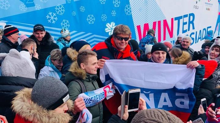 «Давайте встанем в очередь, иначе нас всех разгонят»: Губерниева окружили сотни красноярских фанатов