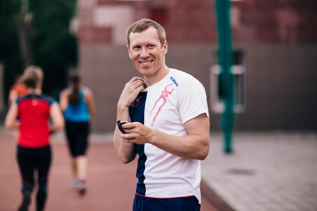 Тренер и марафонец Олег Кульков говорит: за три дня до старта пейте минимум 1,5 литра воды, позвольте организму запастись жидкостью