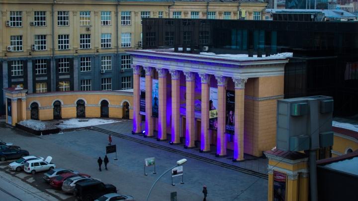 Колонны кинотеатра «Победа» стали синими на один вечер