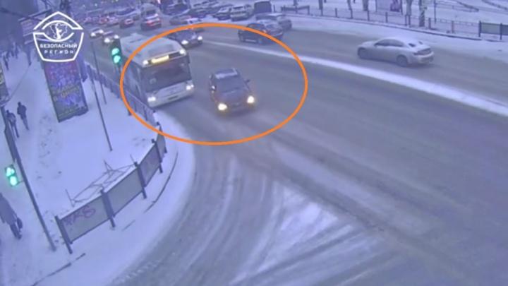 Шел напролом: появилось видео столкновения легковушки и автобуса в Волгограде
