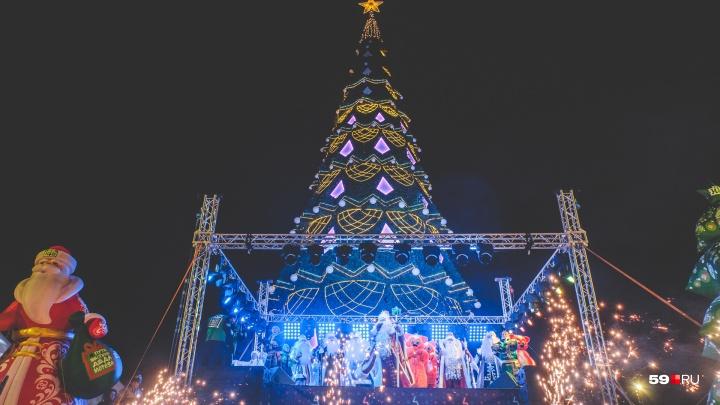 Много Дедов Морозов и объевшийся заяц: в Перми зажгли огни на главной городской елке