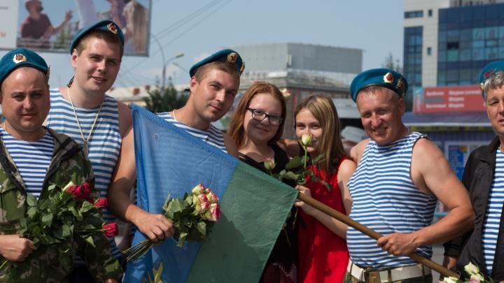 Десантники раздали незнакомым девушкам цветы на площади Маркса