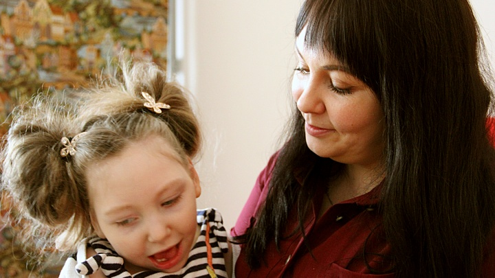 Сцепились из-за девочки: мэрия и правительство судятся из-за квартиры для ребёнка-инвалида