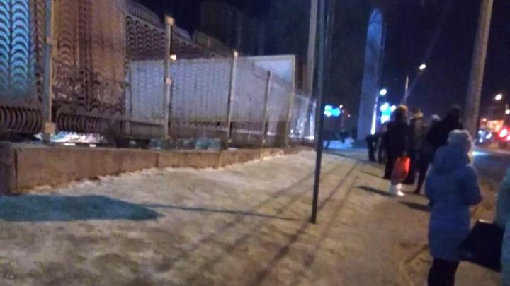 «Мы катимся прямо под колеса»: волгоградцев оставили в гололёд без остановки на Елецкой