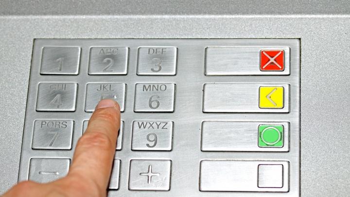 Клиенты ВТБ и «Запсибкомбанка» могут бесплатно снимать деньги в единой банкоматной сети